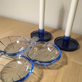3 delt skål til servering og 2 lysestager i blå farve.