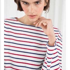 Fin stribet bluse fra & other stories. Brugt en enkelt gang. Bytter ikke. Det er den samme bluse som hun har på, på sidste billede - bare i en anden farve - jeg har taget dette med for at vise pasformen.