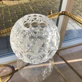 Fantastik flot kuglevase i krystal. I flot stand og uden skader og skår. Udført i en kvalitet, der ikke laves mere. Højde 15cm Ø 15cm