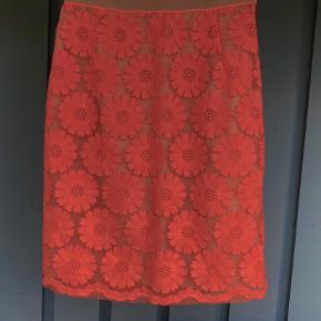 """Smuk nederdel med broderi-blomster  Er foret med underskørt og således ikke transparent. Aldrig brugt og som ny - har derfor ingen udtræk eller andet Jeg sælger også tilhørende overdel. Vildt smukt sæt som kan bruges sammen for """"kjole""""-look eller hver for sig. Nederdelen er flot til heels for et elegant look og skøn til sneakers/støvletter for et sporty hverdags-look  Livvidde: 2x38 cm - bemærk elastik linning og kan passe op til 2x42 cm Omkreds v/rumpe: 2x53 cm Længde fra talje og ned: 63 cm  Se og mine andre annoncer med mange fine sager...."""