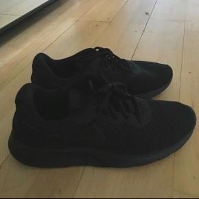 Helt sorte Nike sko, som nye !  Str 44   Prisen er ikke til forhandling