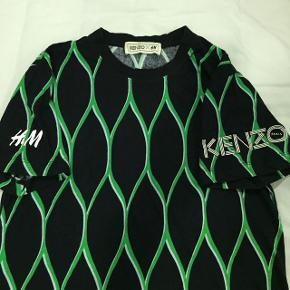 Svedig collaboration mellem KENZO x H&M. Helt ny, aldrig brugt. Kan sendes hvis køber betaler for fragt.