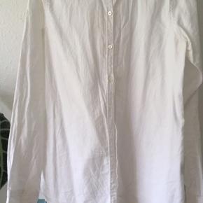 Fin bomuldsskjorte. Trænger blot til at blive strøget 🙈 Byd gerne :-)   Køb to varer fra min shop, og jeg giver 50 % på den billigste 💃