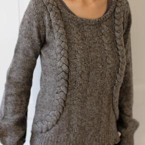 Smuk sweater med påsyede snoninger fra Object sælges. Farven er grå/brun-meleret Kan afhentes på Frederiksberg, ellers betaler køber for porto og evt. TS-gebyr.