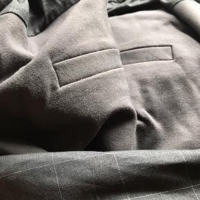 Fine bukser brugt en gang, der er fint stof på forside og strech på bagsiden. Farven er grå, den er lidt svær at se på 1. Billed men passer bedre på de sidste billeder