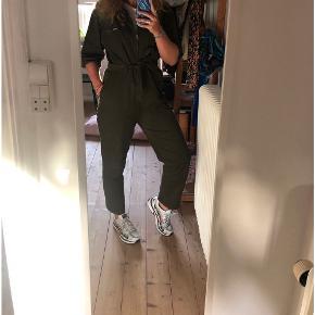 Lækker buksedragt i grøn fra H&M. Købt i en forkert størrelse, men indså det først efter prismærket var taget af. Billedet hvor jeg har den på er en str. M jeg sælger den i en str. L