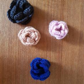 En strikket blomst broche i sort. Flot til en hat, på strik eller for at holde halstørklæde på plads. Hjemmelavet   #trendsalesfund