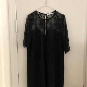 Fin kjole med blonde   Spørg endelig ved flere spørgsmål  Se også mine andre annoncer ☺️