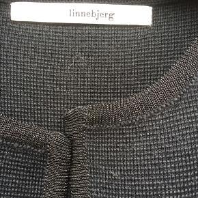 Flot lang cardigan - Sibin Linnebjerg - sort med sort glimmerkant - brugt nogle timer er helt som ny.