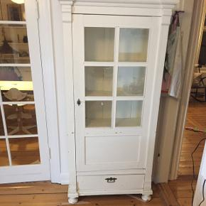 Vintage vitrineskab. Stort og rummeligt med skuffe forneden. Døren binder lidt og malingen har lidt patina.