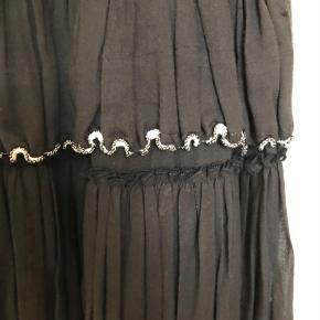 Varetype: Mini Farve: Sort  Så flot mini nederdel fra isabel marent. Unik med perle besætning hele vejen rundt. Bred elastik i talje. Passer en str x small til medium.  Brugt 2 gange  Byd  gerne, køber betaler fragt og ts gebyr 😊