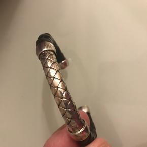 Armbånd i læder og sølv. Indvendig længde ca 15,5cm.
