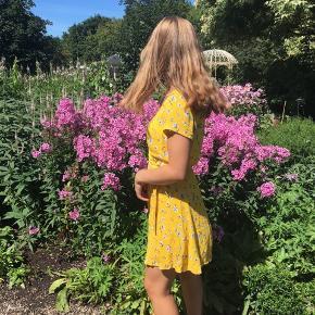 Sælger denne søde gule kjole fra FRAKMENT🌼  Er perfekt til vejret!