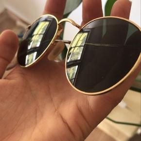 Helt nye Ray-Ban solbriller med UV afvisende glas i modellen 0RB3447 1  Er stort set ikke brugt- næsten ingen tegn på slid  Etui-ubrugt pudseklud-solbrillens pose medfører  Kom gerne med et bud:)