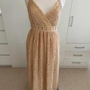 Så smuk sommerkjole fra Lilie Rose - model bohemian OBS! Størrelsen hedder M/L. Kjolen er spritny - stadig med mærke.