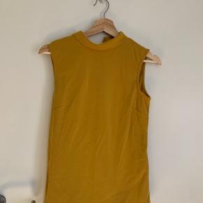 Aldrig brugt. Flot karry gul trøje. Ser lidt klodset ud på billedet, men den har en flor pasform når den kommer på kroppen :)