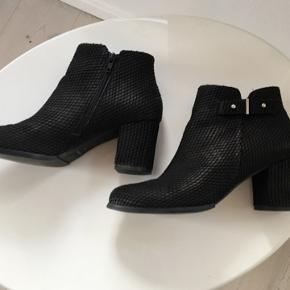 Super lækre Sofie Schnoor støvler i sort snake skind. Brugt 1 gang, ser helt nye ud, kasse medfølger. Ny pris: 1700 kr. Varetype: støvler Farve: sort snake.