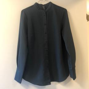 """Eksklusiv """"silke"""" skjorte fra YAS i et let skinnende mørkegrå stof. Fine detaljer som kinakrave, knapper og lange ærme kanter. Flot til arbejdsbrug med chinos og evt. vest over og lækre korte læderstøvler.  Brugt få gange   ♻️Følg min profil, der kommer nye annoncer ind hver uge til dame, herre, pige og dreng. ♻️  💛🧡Tøjet er altid af høj standard, som vil glæde enhver fashion recycler💛🧡  Jeg giver gerne mængderabat 💰  🎯""""Køb Nu"""" - jeg sender dagligt"""
