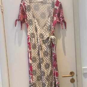 Hvid/lyserød slå-om-kjole fra Odd Molly med bindebånd i taljen. Størrelse 3  Super sød sommerkjole.