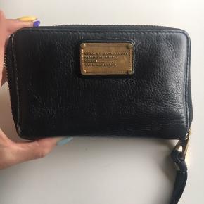 Smukkeste sorte pung. Der er plads til Iphone i den. Jeg har selv haft en Iphone 6 i den.