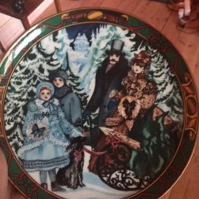 """Smuk juleplatte fra Royal Copenhagen sælges, vi har brugt den til fad til julesmåkagerne og snolder 🥰 den har titlen """"juletræet hentes"""""""