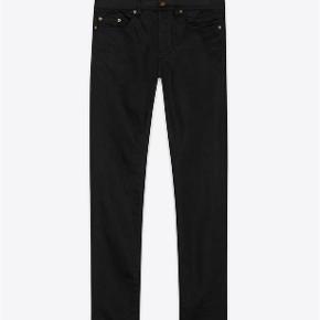 Varetype: Black Skinny Jeans Størrelse: 27/32 Farve: Sort Oprindelig købspris: 3000 kr. Kvittering haves. Prisen angivet er inklusiv forsendelse.  Sorte Saint Laurent jeans, model D02.   Størrelse 27 Low wasted skinny fit i sort waxed stretch denim. Rå syninger som detalje på venstre knæ. Ben åbning 15.5cm   Brugt få gange og fremstår fuldstændig ubrugt.   Købt i Paris og kommer i perfekt købt stand med original tag samt kopi af kvittering.   Nypris 3.000kr Sælges for 1.800kr inkl forsendelse.