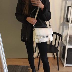 Smuk PS11 taske i den største størrelse. Købt hos en anerkendt secondhand for 1,5 år siden. Har nogle brugstegn men er i overordnet god stand 😊   Sender gerne flere billeder og tasken kan ses i Nordvest. Sælges kun fordi jeg også har en anden hvid Proenza Schouler taske.
