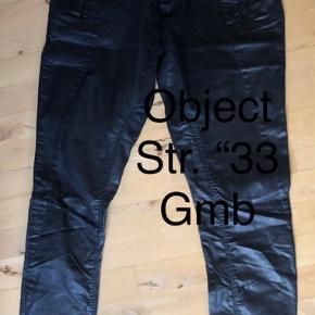 """OBS: Str. """"33, dvs mål i tommer svarer ca. til 42-44.  Coatede bukser i god stand. De er til den gode side i størrelsen. Har været brugt noget og vasket, men de er i god stand, bortset fra, det coatede er slidt af på indersiden øverst ved lårene.    #30dayssellout   67,- + fragt. Sender med Dao kr. 37,-  Bytter ikke.  BYD gerne 💸 MÆNGDERABAT 🌟"""