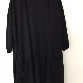 Gestuz sort kimono med lommer.