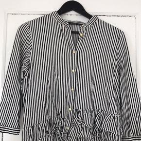 Fin skjorte bluse fra Zara med guldknapper. Flæsedetalje i bunden.  Str. M  84% Viscose 16% linen