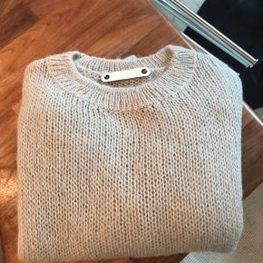 Strik med  trekvart ærmer, er købt til at bruge udover skjorte. Der er ingen str i men er en S/M