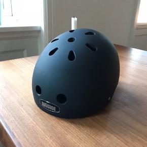 Nutcase cykel hjelm. Brugt få gange pga forkert størrelse. Str. S (52-56cm). Har kostet 450kr. Kan ses og afhentes på Trøjborg.