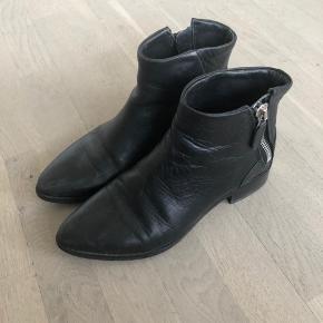 Fede støvler. Brugt lidt, men pæn stand på hæl & såler.