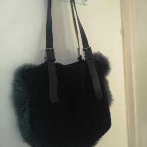 Fantastisk taske fra Acne i læder, pels og kunstpels.