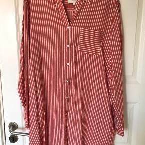 Lækker rød og hvid stribet skjorte fra Lollys Laundry. Der er små glimmerstriber i og med marmorperler.  Stor i størrelsen