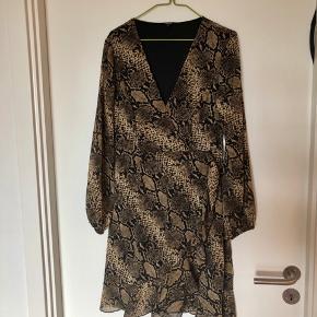 Slå-om kjole fra project unknown i slangeprint, kan passes af en s/m. Aldrig brugt  Tjek mine andre annoncer, giver mængderabat😊
