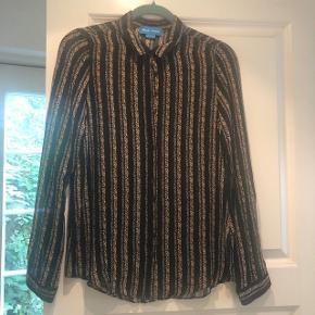 Fin 100 % silke skjorte fra M.i.h Jeans. Skønt blomster print i støvet brændt gul og orange.  Kun brugt og vasket få gange og fremstår som ny.  🚭 hjem