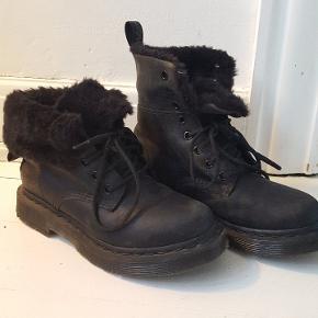 Lækre Dr. Martens støvler, brugt 2-3 gange. Fremstår som nye.