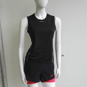 Varetype: Ærmeløs sportstop, løbetop, fitnesstop, sportstop, Størrelse: Medium Farve: sort Oprindelig købspris: 300 kr.  Hej og velkommen. Jeg bliver glad, hvis du læser annoncen.  Beskrivelse: Ærmeløs top, der står L1 ventilation i den. Jeg formoder den er til kvinder, se nedenstående mål.   Størrelse: M, medium Mål:  Længde: 58 cm Bredde lige under ærmegab (hen over brystet): 44 x 2 cm Bredde forneden: 42,5 x 2 cm  Materiale: 91% polyester, 9% lycra Mærke: Craft Nypris: Nyprisen er estimeret Vægt: 66 gram  Porto: Sendt med DAO: 37 kr. (2019 pris). Pakken kan veje op til et kg for den pris. Hvis der er andet på min profil du ønsker at købe med, koster det ikke ekstra i porto. Mine annoncer er delt op i kategorier, dvs. alle jeans/jakker etc. er samlet ét sted på profilen, så du let kan scrolle.   Andet: Mine annoncer er til salg indtil de er solgt og jeg lukker dem. Dukken jeg bruger er ca. en xs/s. Prisen er fast.   Jeg glæder mig til at handle med dig!  Venligst   Sophie