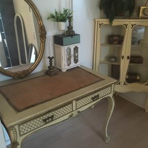 (Ikke tilbud på disse varer)  Sælger disse to smukke antikke møbler.  Skrivebordet er originalt fra Århus, og blev brugt i en butik ved Storetorv tilbage i start 1900-tallet. Skabet kender jeg ikke historien på.   Samlet: 2500,-  Hver for sig: 1500,- stk