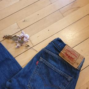 Another wrong size purchase ⚡⚡⚡ the timeless levi's tho! Make it yours. Fits like a 28 to 29 and its a reworked piece