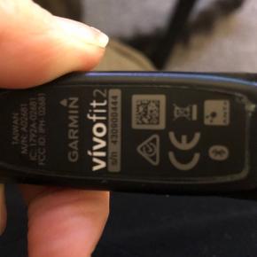 Garmin Vivofit 2 aktivet tracker 2år gammelt har ikke bon på den fejler intet.. kører på batterier og har lige fået skriftet batteri i starten af året.  -Vandtæt til svømning -Én knap til betjening -Udskiftlige batterier: CR1632 knapceller -Gratis App og Garmin Connect webservice -Vægt: 25,5 gram. -Lagering af 1 måneds aktivitetsdata for hele døgnet. -Display/skærmbilleder: Daglige antal skridt, nedtælling til mål, distance, kalorier, klokkeslæt.