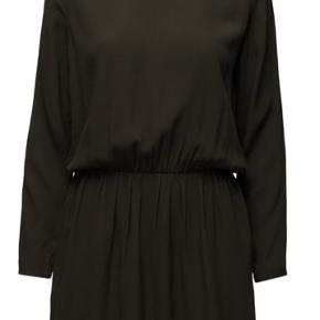Obs: på billederne ses en sort kjole, men kjolen jeg sælger er mørkeblå.