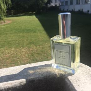 Tromborg Mood Eau de Toilette sælges - skøn parfume med noter af appelsinskal, citron, kanel, rosmarin og geranium. Sød, krydret og frugtagtig parfume uden at dufte kunstigt🍋🍊Naturlige ingredienser. Et fejlkøb og kun brugt en enkelt gang - må konstatere at jeg ikke er typen, der får brugt parfume☺️ Nypris: 380kr