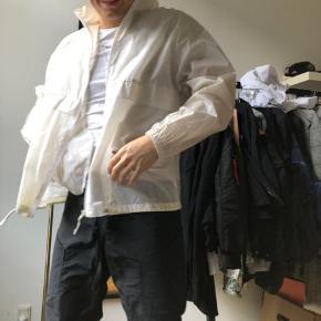 Rigtig fed pigalle jakke, transparent og fungerer godt til farverige outfits