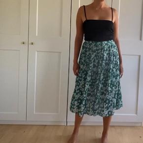 Fin nederdel fra Samsøe med små fine blomster 🌾  Kan prøves afhentes på Nørrebro eller sendes med DAO, hvor køber betaler fragt 🌸