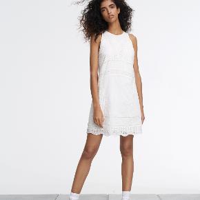 smukkeste broderi anglais kjole i off-white har aldrig fået den brugt jeg bytter ikke