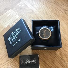 Christian Audigier ur. Købt i USA får år tilbage..  Aldrig brugt og ligger stadig i æsken med tag.  Måler 45 mm i dia. Vejer ca 106 g.