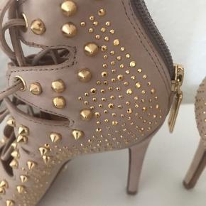 Smukke Arieli heels fra Schutz. Kun prøvet indefor, men da de var for høje til mig, har jeg aldrig fået dem brugt. Hælhøjden er 10 cm. De er en normal str 36.  Købsprisen var omkring 1400kr