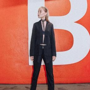 Suit fra KBS står som nyt, med asymmetriske snit ved blazer og bukser.   Skriv for flere billeder. :-)